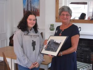 Chair of SCV presenting prize to junior winner
